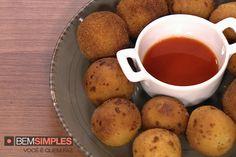 Bolinhas de queijo são uma ótima opção para servir no seu Bazar Juv