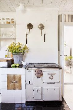 Kitchen theme ideas free kitchen design software,kitchen cupboards kitchen interior for small kitchen,kitchen design and layout ideas kitchen island table for sale. Kitchen Interior, Kitchen Decor, Cocinas Kitchen, Home Decor Inspiration, Decor Ideas, Decorating Ideas, Vintage Kitchen, Vintage Oven, Rustic Kitchen