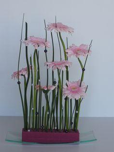 Tutoriel Rideau perlé fleuri (Art floral) - Femme2decoTV Art Floral, Design Floral, Deco Floral, Ikebana, Pink Gerbera, Floral Arrangements, Flower Arrangement, Glass Vase, Easy Diy