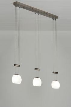 Artikel 71920.Prachtig vormgegeven hanglamp van Seed Design met een bijzonder hoogwaardige afwerking.  Deze mooie 3-lichts hanglamp is uitgevoerd in mat geschuurd staal. Dit armatuur bestaat uit 3 handgemaakte glazen in een ovale vorm. Het glas is uitgevoerd in een mat witte kleur. Erg bijzonder aan dit armatuur is dat de glazen, elk afzonderlijk, in hoogte te verstellen zijn door middel van een contragewicht.