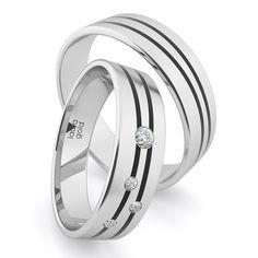 """Svadobný deň je významným dňom Vášho života, preto by ste si mali vybrať spečatenie tohto zväzku vtej najlepšej kvalite. Kolekcia Laura Karbon je pre tých, čo sa neboja výziev. Ich výber Vás rozhodne nesklame. Pozdĺžne matovanie zdobené dvomi karbónovými pásmi, zaručia ten správny efekt pri Vašom """"áno"""". Laura Gold, Wedding Rings, Engagement Rings, Jewelry, Enagement Rings, Jewlery, Jewerly, Schmuck, Jewels"""