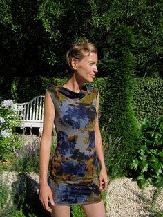 Fabrik der Träume: Kostenlose Nähanleitung und Schnittmuster für ein Ärmelloses Kleid mit drapiertem Kragen.