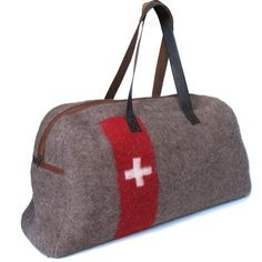 Swiss army blankets recycled into bags. Super bon.