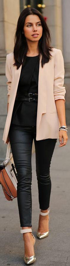 Casual Look - Blazer rose poudré, Top noir, Pantalon noir huilé, Escarpins