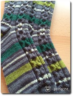 """Sockenalphabet – N wie … Nobbi! Heute zeige ich euch die nächsten Socken aus der Reihe """"Sockenalphabet"""". Es handelt sich um einfache Herrensocken mit einem """"X-O-Muster…"""