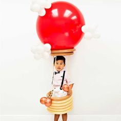 DIY Hot Air Balloon Costume for Kids. Cute handmade Halloween costume for kids. Balloon photo props or birthday party balloons. UP movie costume. Diy Hot Air Balloons, Large Balloons, Giant Balloons, White Balloons, Animal Costumes For Kids, Cute Baby Halloween Costumes, Halloween Diy, Costumes Kids, Halloween Photos