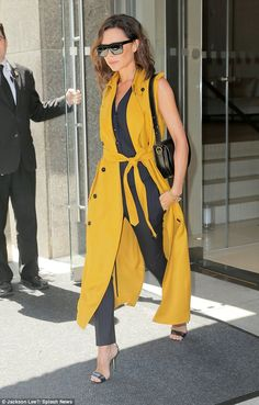 Beckham Makes the Chicest Case for Going Sleeveless Victoria Beckham in a cumin-colored sleeveless trench, pin-striped suit and simple strappy sandals.Victoria Beckham in a cumin-colored sleeveless trench, pin-striped suit and simple strappy sandals. Moda Victoria Beckham, Victoria Beckham Style, Couture Week, Mode Outfits, Fashion Outfits, Net Fashion, Fashion 2016, Style Fashion, Fashion Trends