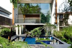 Sentosa House está situada en Singapur y ha sido diseñada por el arquitecto australiano. Esta casa ideada con criterios de sostenibilidad se compone principalmente de una serie...