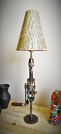 Une vieille chignole recyclée en lampe avec un abat-jour recouvert de partition de musique. DIY déco