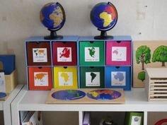 Like these continents boxes, very nice idea. Maria Montessori, Montessori Homeschool, Montessori Classroom, Montessori Activities, Classroom Themes, Classroom Organization, Activities For Kids, Singapore Math, Cultural Studies
