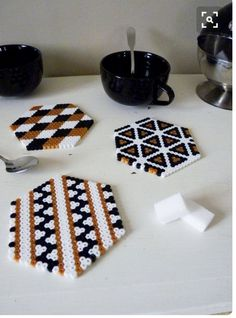 Protect and decorate your table for tea time or any other occasion using these little coasters make Hama pearl. Perler Bead Designs, Easy Perler Bead Patterns, Hama Beads Design, Perler Bead Templates, Hama Beads Coasters, Diy Perler Beads, Perler Bead Art, Pearler Beads, Fuse Beads