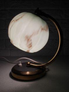 Sfeervol Art deco stijl messing tafel / bureaulampje met mintgroen, gevlamd glazen kapje, zeldzaam e