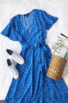 Maretta Blue and White Floral Print Wrap Midi Dress and basket bag with white Keds sneakers // Lulu's Source by heythereitslilah fashion ideas Trendy Dresses, Cute Dresses, Casual Dresses, Casual Outfits, Blue Dress Casual, Wrap Dresses, Flower Dresses, Midi Dresses, Midi Skirts