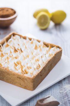 La #crostata con curd di limone e meringa, con la sua #frolla friabile, la profumata crema di limoni e le nuovole di #meringa è un trionfo di gusto. Il #dolce perfetto per le vostre grandi occasioni! #Giallozafferano #recipe #ricetta #sweet #cake