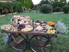 Unique Wedding Catering Ideas for the Big Day – MyPerfectWedding Gourmet Breakfast, Breakfast For Dinner, Raw Food Recipes, Great Recipes, Buffets, Cheese Table, Cheese Bread, Grazing Tables, Food Stations