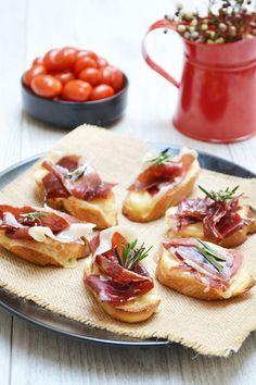 Mes ingrédients : – 12 tranches de baguette – 150 g de fromage à raclette – 4 fines tranches de jambon de pata negra – 2 cuil. à soupe d'huile d'olive – 4 pincées de …
