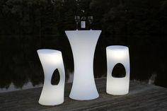 Bartisch und Barhocker aus Kunststoff beleuchtet für den Innen- und Außenbereich. Mit beleuchteten Möbeln Ihren Garten und viele Locations in ein angenehmes Licht tauchen. Weitere LED Möbel finden Sie unter https://www.vivanno.de/moebel/led-moebel/