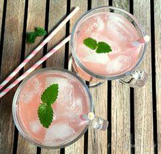 Super nem opskrift på den lækreste lyserøde rabarbersaft med vanille - en rigtig tørstslukker i sommervarmen og også god til cocktails.