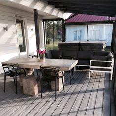 Terassi. Ulkoporeallas. Beta-betonipöytä ja jakkarat. Kartell Masters-tuolit. Isku Lazio kulmasohva.
