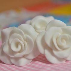 rosas fondant Fondant, Icing, Cake Decorating, Desserts, Cookies, Tailgate Desserts, Deserts, Fondant Icing, Postres