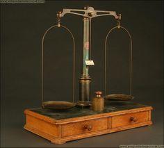 Balanza de Precisión para Farmacia. Años 40 del S. XX. En Buen Estado y Con Juego de Pesas