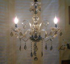 lampadario antico : un lampadario in vetro stile antico illuminato con lampade led a ...