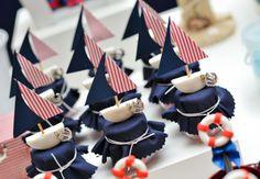 Barco, âncora, rede e outros elementos navy marcam presença neste lindo aniversário de um aninho. Confira os detalhes da decoração e inspire-se na próxima comemoração do seu filho.