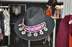 Sombrero de fieltro negro con detalles en monedas