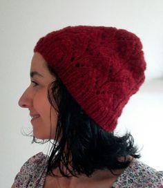 Bonnet tricoté en alpaga. Motifs de dentelle.