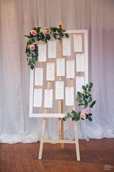 Hélène et Pierre-Jules ont imaginé un plan de table champêtre pour leur mariage avec des cartes numérotées et les prénoms des invités en-dessous.  Cartons plan de table : Print Your Love Photo : Claude Masselot