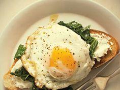 Bruschetta de col, ricotta y huevo