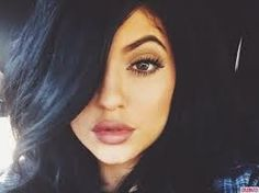 Laporan laman Mirror.co.uk, Sabtu (3/1/2015) Kylie terlihat dengan make up tebal pada bagian mata dan bibirnya. Ia mengenakan kaos tak berlengan berwarna...