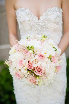Ramo de novia con perlas en las rosas. Encuentra más inspiración en  http://bodatotal.com/?utm_content=buffer94799&utm_medium=social&utm_source=pinterest.com&utm_campaign=buffer/?utm_content=buffer94799&utm_medium=social&utm_source=pinterest.com&utm_campaign=buffer.   ramo de novia rosas y blancas