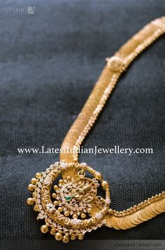 The beautiful ever green kasulaperu is paired with round chandbali style detachable Lakshmi gold pendant. The kasulaperu can be used as simple vaddanam too Gold Earrings Designs, Gold Jewellery Design, Gold Haram Designs, Gold Jewelry Simple, Bridal Jewelry, Fashion Jewelry, Women's Fashion, Makeup Hairstyle, Metal