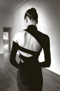 Kim Islinski, top et jupe Martine Sitbon, New York, New York, 1997 © Jeanloup Sieff