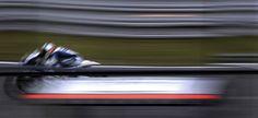 Ivan Silva de España se refleja en una ventana durante una sesión de entrenamientos libres del Gran Premio de la República Checa en Brno el 25 de agosto de 2012. | Créditos: REUTERS / Petr Josek