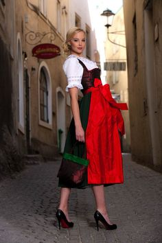 CeremonialLanz Trachtenmode - love the crimson apron