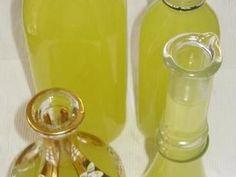 Licor limoncello Limoncello es un licor fácil y económico de producir , requiere solo de alcohol, agua, azúcar y limón. Es muy común servirlo para beber helado después de las comidas como un digestivo (al menos eso es lo que decimos los borrachine