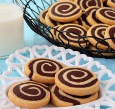 Tutorial for great chocolate pinwheel cookies. A delicious recipe that combines the wonderful flavors of vanilla and chocolate in a cookie swirl. Biscuit Cookies, Cookie Dough, Roll Cookies, Chocolate Pinwheel Cookies Recipe, Chocolate Cookies, Cookie Recipes, Dessert Recipes, Tea Cakes, Christmas Baking
