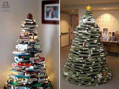 árvore de natal feita com livros e luzes pisca-pisca para decorar a sala de estar e biblioteca.