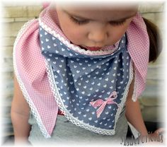 Süßes Dreieckstuch für kleine Damen aus rosafarbenem Karostoff mit eingefasstem Herzchenstoff in Grau mit einer Satinschleife. Klöppelspitze umrandet das Tuch. Auf Wunsch kann ein Name für 4,-€...