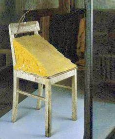 BEUYS Joseph (1921-1986), Chaise de graisse, 1963,  chaise en bois et graisse animale, 90x30x30 cm,  Darmstadt, Hessisches Landesmuseum.