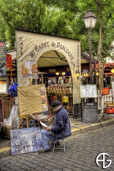 Peintre de Montmartre,Paris,France. Found the best hotel in Montmartre, close to Sunday, too!