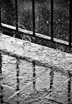I love rain Walking In The Rain, Singing In The Rain, Rainy Night, Rainy Days, Rainy Morning, Black White Photos, Black And White Photography, I Love Rain, Rain Photography
