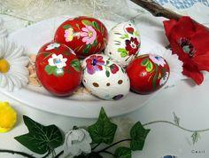 Sada červených kraslíc. Kolekcia slepačích kraslíc. Maľované ručne akrylovými farbami, vŕtané a prelakované. Cena je za celú sadu, ale môžnosť kúpiť aj samostatne Veľkosť: slepačie kraslice