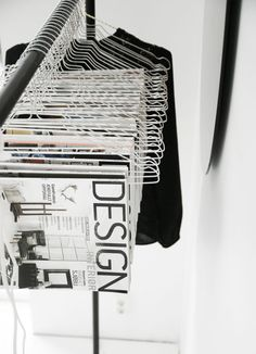 A Modern and Chic Magazine Storage Idea Magazine Display, Magazine Storage, Magazine Rack, Magazine Organization, Interior Design Jobs, Interior Design Magazine, Magazine Design, Showroom Design, Exposition Photo