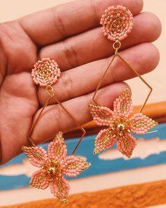 Jewelry Design Earrings, Seed Bead Jewelry, Bead Jewellery, Heart Jewelry, Diy Jewelry, Beaded Jewelry, Jewelry Making, Flower Earrings, Beaded Earrings
