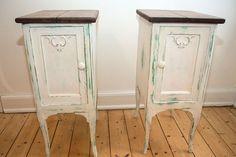 2 smukke shabby chic sengeborde eller entrémøbler. Genbrug: skrivebord fra 1930'erne og gamle gulvbrædder. De to møbler er patineret, siderne behandlet med bivoks, toppene lakeret og har et smukt gammelt rustikt look. Højde 79,5 cm. Bredde 35,5 cm. Dybde 47,5 cm 3.600 kr. #indretning #sengeborde #sale #genbrug #loppe #retro #møbler #interior #salg #tilsalg #genbrugsfund #recycle #upcycle #interior #forsale #retrosale #bolig #genbrugssalg #shabbychic #shabbychicdecor