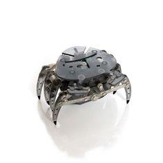 Microrobotul Crab Hexbug isi foloseste senzorii de lumina si de sunet pentru a se ascunde in intuneric si a fugi de zgomote puternice. Crabul se va deplasa in linie dreapta pana cand aude un zgomot puternic sau intalneste un loc intunecos. La zgomot, crabul se intoarce pe o traiectorie de forma unui sfert de cerc si apoi se deplaseaza pe o noua directie. Incape in palma pentru a putea fi transportat oriunde cu usurinta. Disponibil in 5 culori: albastru, turcoaz, verde, rosu, negru.