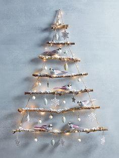 Houten kerstboom van takken met vogeltjes voor een strak interieur voor de feestdagen!